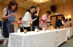 7種類の日本酒を飲み比べる参加者=佐賀市の佐嘉神社記念館