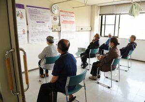 新型コロナワクチンの接種が終わり、15分から30分間待機した接種者=25日午前、基山町のきやま鹿毛医院