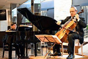 音楽を奏でるルドビート・カンタさん(右)と中川淳一さん=佐賀市のシャトー文雅