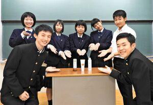 開発した塩こうじドレッシングの営業などを担当した唐津商業高の生徒たち(提供写真)