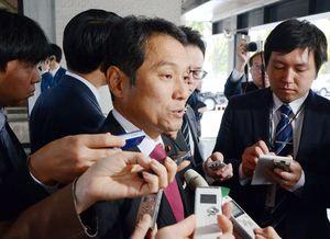 希望の党共同代表選の敗戦後、記者団の質問に答える大串博志衆院議員=東京・永田町の憲政記念館