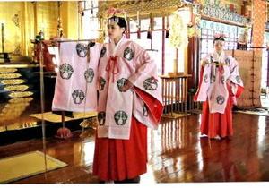 出演者やスタッフの前で舞を披露する祐徳稲荷神社のみこ=鹿島市古枝の同神社