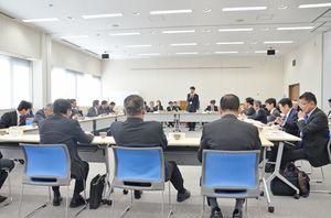 佐賀県が市町から集める納付金の算定方式など国保運営方針を確認した連携会議=佐賀市の国保会館