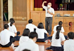 多久島文樹・NIE推進担当デスクの講話を聞く唐津西高の生徒ら=唐津市の同校