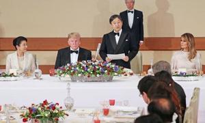 トランプ米大統領夫妻を歓迎する宮中晩さん会であいさつされる天皇陛下と皇后さま=27日午後、宮殿・豊明殿(代表撮影)