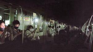新宿―代々木間でストップし、真っ暗となったJR山手線の車内で運転再開を待つ乗客=20日午後7時すぎ(乗客提供)