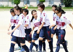 2試合目で1点を決め、笑顔でベンチに戻るみやきなでしこクラブの選手ら=佐賀市の佐賀女子高グラウンド