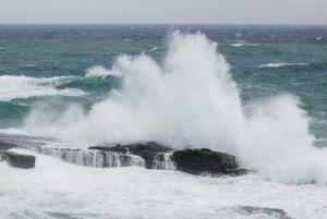 台風14号の影響で、大波が打ち寄せる和歌山県白浜町の千畳敷=18日午前6時22分