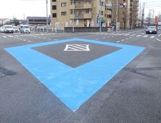 デザイン力で事故抑止 県内の交差点カラー舗装