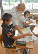 <NIE>記事や編集のこつ伝授 塩田小で本紙出前授業