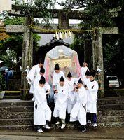 2016年の「園部くんち」で雨の中、宝満神社を出発する神輿=基山町園部