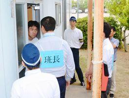 立ち入り調査の訓練で、児童虐待が疑われる家庭を訪れる児相職員ら=佐賀市の県警察学校