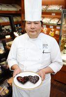 チョコレートを手に「素材にこだわりたい」と話す青野光治さん=鳥栖市弥生が丘のブルーシャン