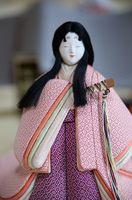 ゴマを彩った文様「鍋島小紋」の着物を身にまとったひな人形=佐賀市柳町の旧古賀家