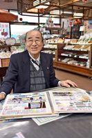 ボウリング大会の新聞記事などを広げ、思い出を語る水田泰迪さん=小城市の水田羊羹本舗