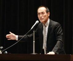 シンポジウムで基調講演した前宮崎県知事の東国原英夫氏=神埼市中央公民館