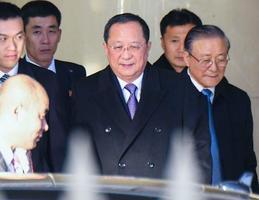 北京国際空港に到着した北朝鮮の李容浩外相(中央)=6日(共同)