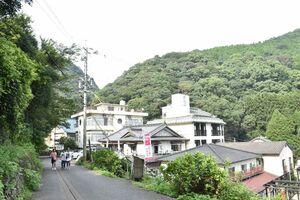 コイ料理店が並ぶ清水の滝周辺。8、9日には「コイコイ祭り」が開かれる=小城市小城町