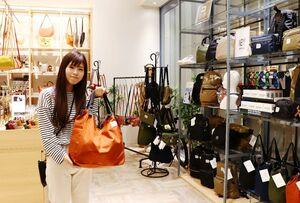 「ギフトに力を入れており、無料でラッピングもできます」と話すPendule店長の松尾栄美さん