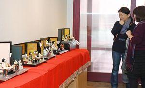 宮副さんが手織り佐賀錦で作ったひな人形とかぶとの新作21点が並ぶ=佐賀市のぎゃらりぃふじ山