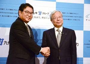 九州電力社長に内定した池辺和弘氏(左)。瓜生道明氏(右)は会長に就く=福岡市内のホテル