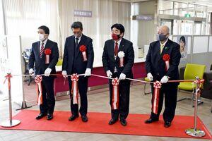 テープカットしてリニューアルを祝う松田一也町長(右から2人目)ら=基山町役場