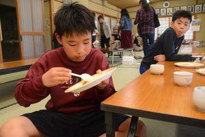 友達と連れだってカレーライスを食べに来た小学生=佐賀市の北川副公民館