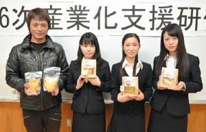 レトルトリンゴの商品化を進めている小副川幸成さん(左)と佐賀女子短大の学生=佐賀市の県農業大学校