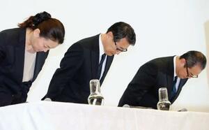 加盟店従業員の残業代の一部が未払いとなっていた問題で、記者会見の冒頭に謝罪するセブン―イレブン・ジャパンの永松文彦社長(中央)ら=10日午後、東京都千代田区