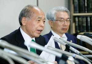 再審請求が棄却され記者会見する鈴木宗男元衆院議員(左)ら=20日午後、東京・霞が関の司法記者クラブ