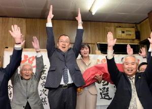 当選が確実となり、支援者とともに万歳三唱する江里口秀次氏=26日午後10時45分、小城市の事務所