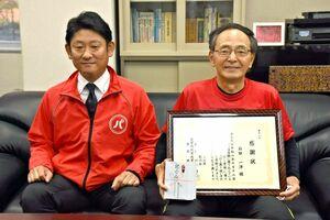 男児を保護したとして署長感謝状を受けた「パトランSAGAチーム」の石田一洋さん(右)。隣は代表の吉冨敦思さん=佐賀市の佐賀北署