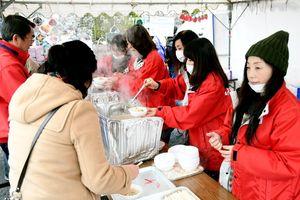 豚汁を配る佐賀新聞販売店会婦人部のメンバー=佐賀市東与賀町の東与賀運動公園