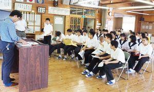疑問点を記者に質問する背振中の生徒。次々と手が挙がった=神埼市の背振中学校