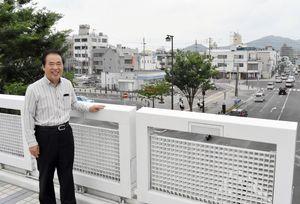 駅周辺のまちづくりへの思いを語る前市長の塚部芳和さん=伊万里市の市駅ビル