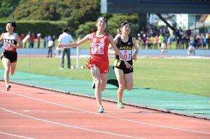 陸上女子1500決勝・4分43秒48で競り勝った白石の松浦亜依(左)=佐賀市の県総合運動場陸上競技場
