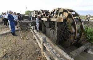 関係者によって土砂やごみを取り除くなどの復旧作業が行われた国指定史跡「三連水車」=2日午前、福岡県朝倉市