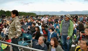 打ち上げに失敗したロケットの映像をパブリックビューイング会場で見つめる人々=30日午前5時35分ごろ、北海道大樹町