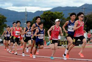 男子5000メートル 力走する選手たち=SAGAサンライズパーク補助競技場