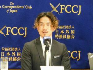 日本外国特派員協会で記者会見するWBOスーパーフライ級王者の井岡一翔=25日、東京都千代田区