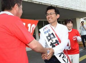 街頭演説に集まった支持者と握手を交わす中村哲治候補=佐賀市の大財北町交差点付近
