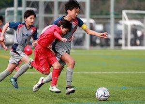 準決勝・PLEASURE SC RED-VALENTIA 後半、激しくボールを競り合う選手