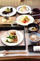 昼の会食 1890円 和風オードブル、お造り、蒸し物、みそ汁、うどん、ご飯、漬物、コーヒー、デザート