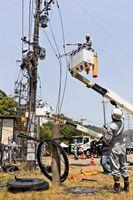 技術訓練で停電の早期復旧作業を行う職員ら=佐賀市の九州電力川上第一技術訓練場