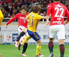 浦和―仙台 前半、先制ゴールを決める浦和・宇賀神(左)=埼玉スタジアム