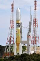 22日午前、打ち上げに向けて発射地点に移動する、無人補給機「こうのとり」7号機を載せたH2Bロケット=鹿児島県の種子島宇宙センター