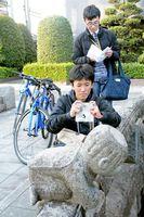 課題の撮影スポットを見つけて写真を撮る吉田麗央さん(前)と牛嶋航太郎さん(後)=佐賀市松原周辺