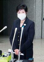 報道陣の取材に応じる東京都の小池百合子知事=11日午後、都庁