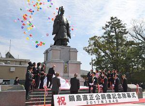 再建され、除幕式で披露された鍋島直正公銅像=平成29年3月4日、佐賀市の佐賀城鯱の門北側広場