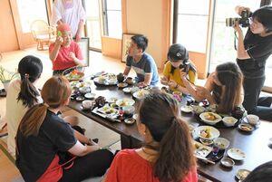食材の説明を熱心に聞く参加者=佐賀市富士町の「森の香菖蒲ご膳」